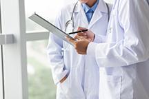 doctors-discussing-DNA